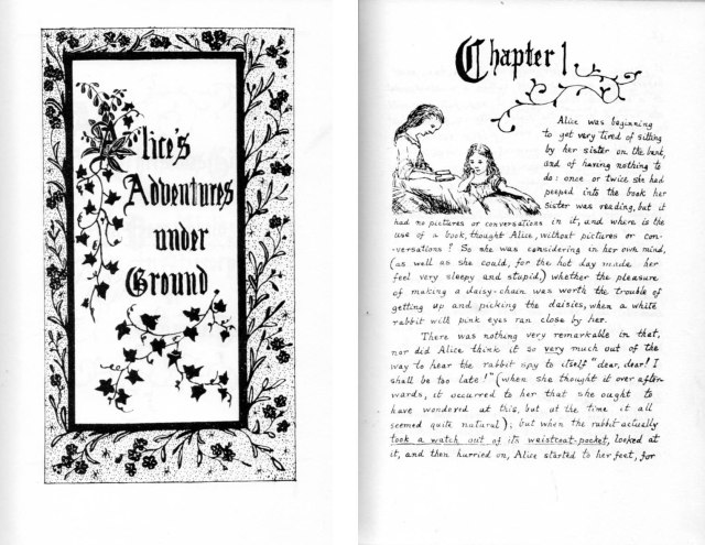 Facsimil en blanc i negre d'Alice's Adventures under Ground, manuscrit per Carroll.  Portada i inici del capítol 1