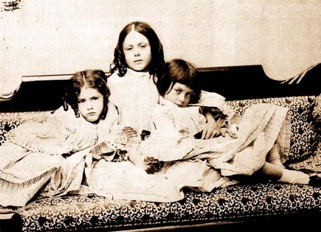 Les germanes Liddell fotografiades per Charles L.Dodgson - Lewis Carroll. D'esquerra a dreta: Edith, Lorina, Alice.
