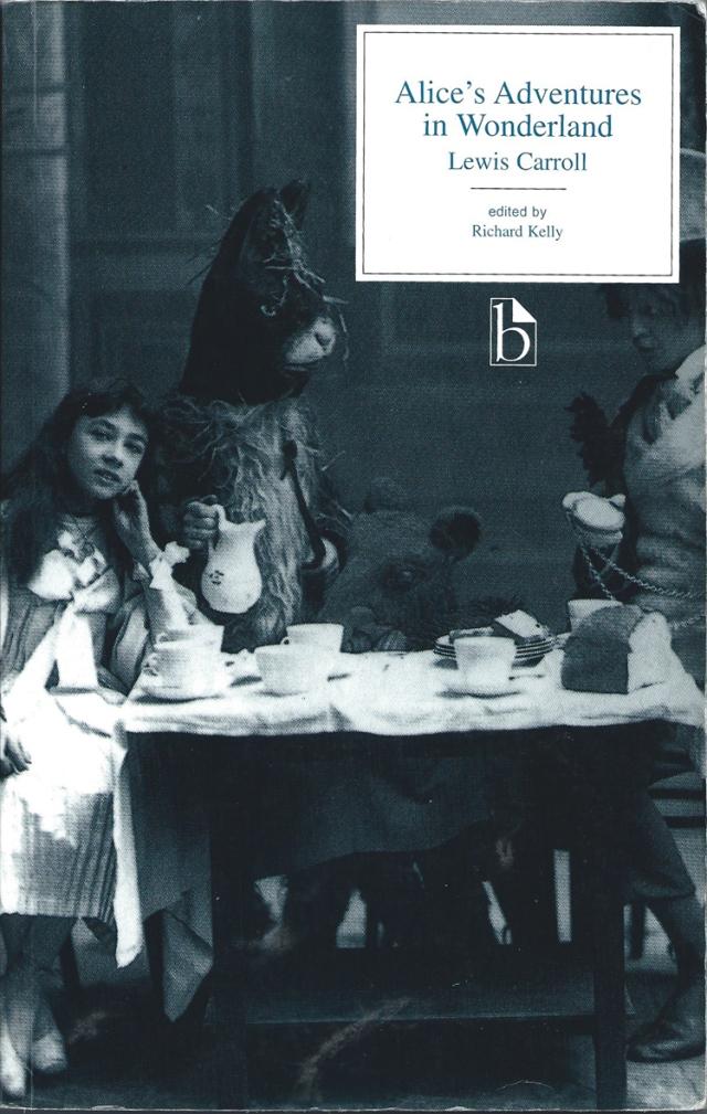 Portada fitxa 204. Foto d'una representació d'Alice in Wonderland a Londres. Fotògraf desconegut.