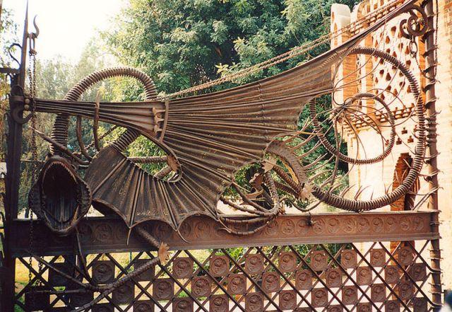 El drac de la porta dels pavellons Güell. Gaudí,  1887